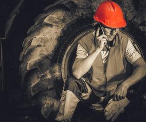 robotnik budowlany w ubraniu bhp