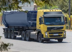 żółta cieżarówka
